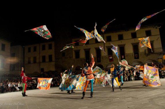 Gli Sbandieratori di Sansepolcro si esibiscono in pista, a Misano!